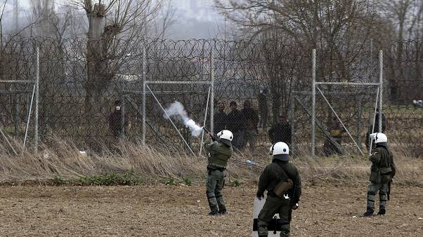 """اتهام اليونان باستعمال قنابل غاز """"قد تؤدي إلى الموت"""""""