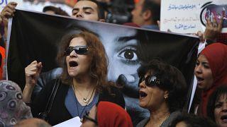 مصريات يتظاهرن بالعاصمة القاهرة يهتفن ضد المجلس العسكري و يؤيدن الثورة /08/03/2012