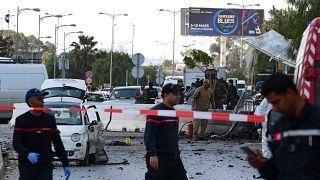 Des policiers sur les lieux de l'attentat contre l'ambassade des Etats-Unis à Tunis le 6 mars 2020
