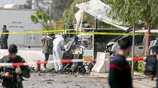 ضابط من الطب الشرعي يعملون في موقع الإنفجار بالقرب من السفارة الأمريكية في تونس 06/03/2020