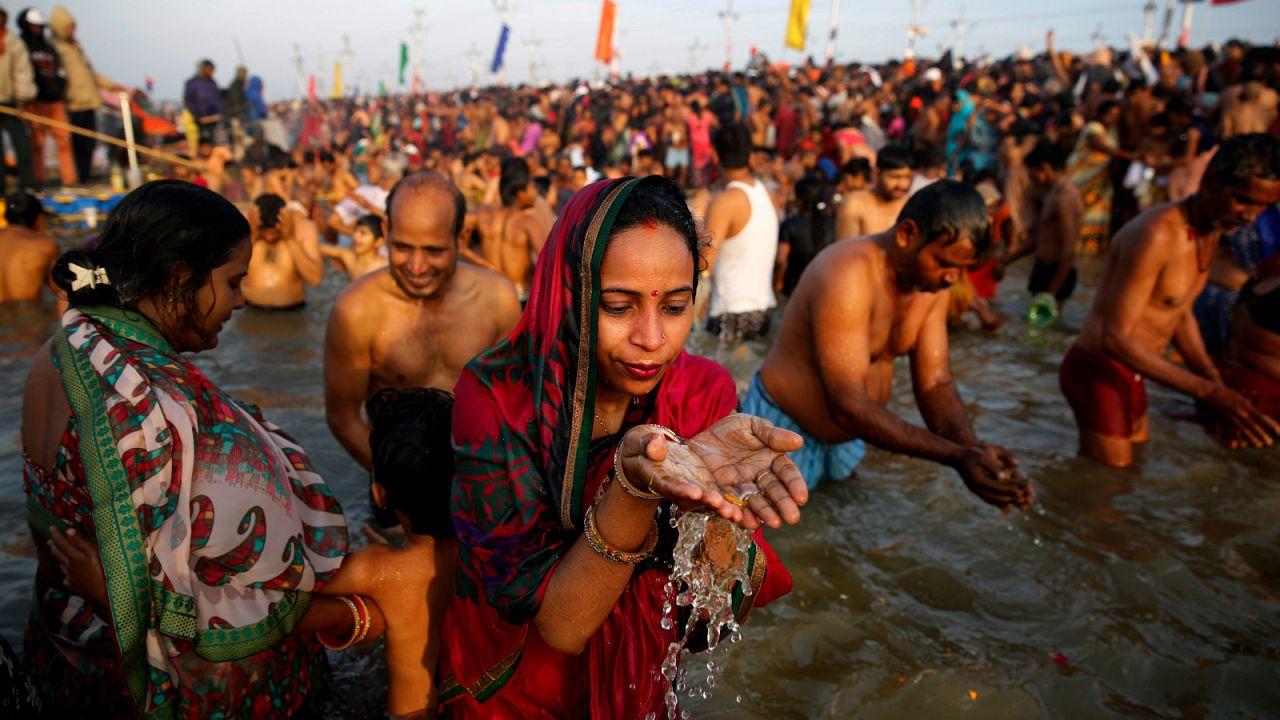 شاهد: هنديات يضربن الرجال بعصي كفعالية في مهرجان هولي