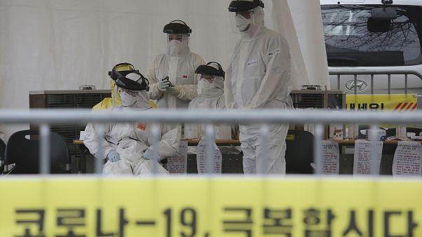 طاقم طبي يرتدي ملابس واقية من فيروس كورونا/كوريا الجنوبية.01/03/2020