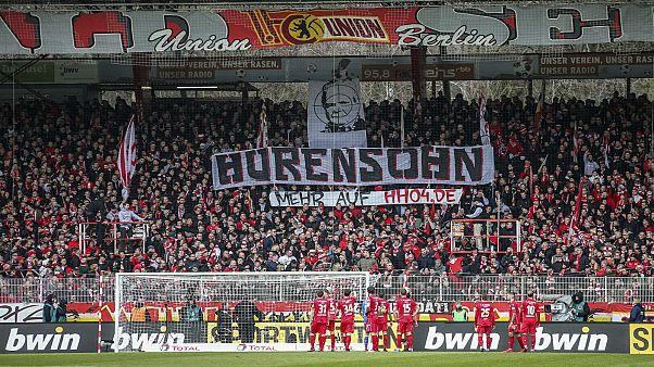 جماهير مشجعة ألمانية تتوعد بمواصلة الاحتجاج ضد رئيس نادي هوفنهايم لكرة القدم.
