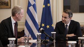 Ο Έλλνας πρωθυπουργός Κ.Μητσοτάκης κατά τη συνάντηση του με τον αντιπρόεδρο της Ευρωπαϊκής Τράπεζας Επενδύσεων (ΕΤΕπ), Άντριου Μακ Ντάουελ.