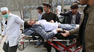Ein Verletzter wird versorgt.