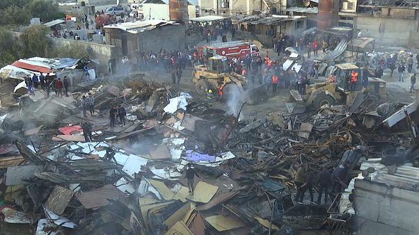 شاهد: حريق ضخم يودي بحياة 9 فلسطينيين في سوق شعبي بقطاع غزة