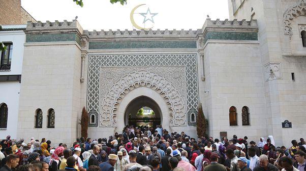 Fransa'da Ramazan Bayramı için Büyük Paris Camisi'ne giden Müslümanlar
