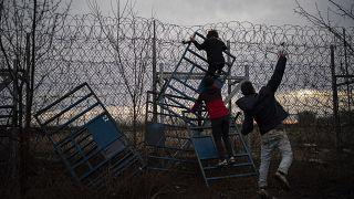 Turquie-Grèce: heurts frontaliers, l'UE cherche à dissuader les migrants
