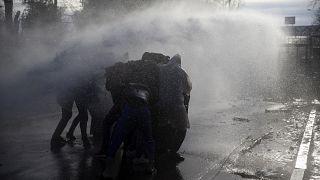 Tensions à la frontière gréco-turque : les migrants tentent de forcer l'entrée de l'UE