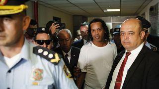 رونالدينيو أثناء اعتقاله