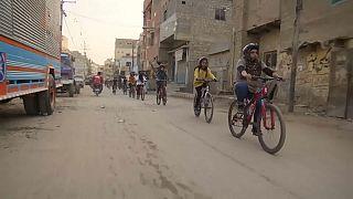 Paquistanesas pedalam por igualdade
