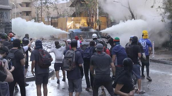 Chile: Clashes as thousands protest in Santiago against the government