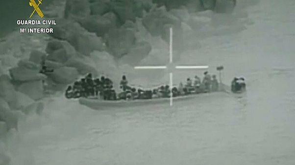 صورة من فيديو نشرته الشرطة الإسبانية لعملية تهريب مهاجرين إلى أحد شواطئها