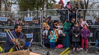 Türkiye'den Yunanistan'a geçmeyi bekleyen göçmenler / Arşiv
