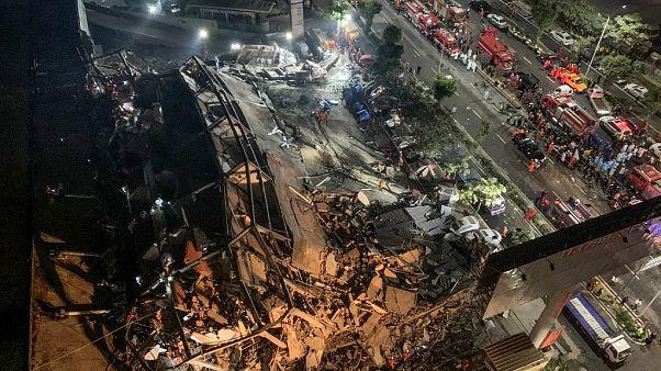 Спасатели работают на месте обрушения гостиницы в провинции Фуцзянь.