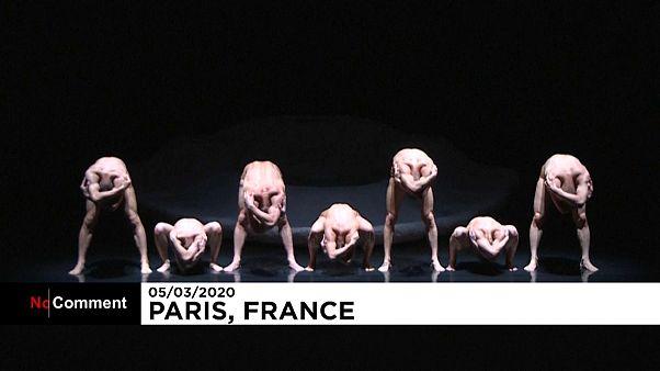 """فيديو: فنان بلجيكي-فرنسي يقدم عرضاً براقصين """"من دون وجوه"""""""