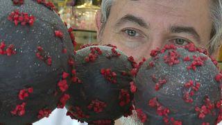 """صانع الحلوى جان فرانسوا بري ينظر إلى """"فيروس كورونا شوكلاته"""" التي صنعها في محله في بريتاني بشمالي فرنسا. 08/03/2020"""
