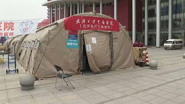شاهد: تعليق عمل أكبر مستشفى لعلاج كورونا في الصين لانخفاض عدد الحالات المصابة