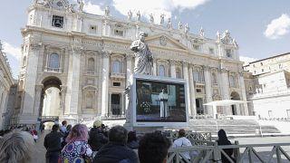 Le pape prononce la prière dominicale par écran interposé
