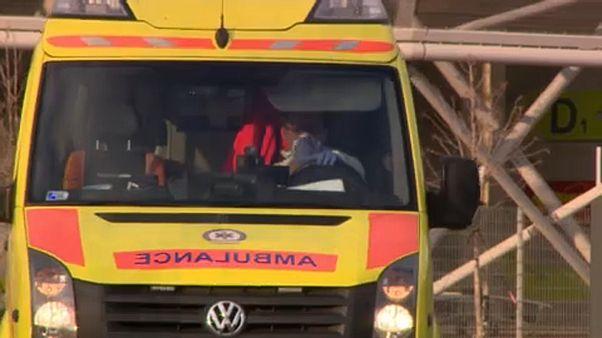 Mentőautó érkezik a fővárosi Szent László kórházba, a gépkocsi vezetője maszkot visel.