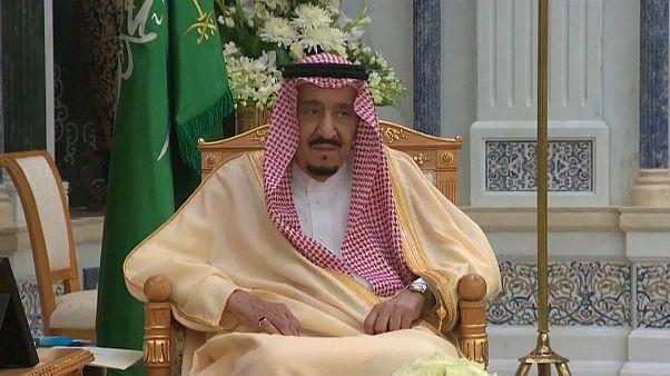 الملك سلمان مستمعاً إلى يمين قسم يؤديه سفيرا السعودية الجديدان إلى أوكرانيا والأوروغواي