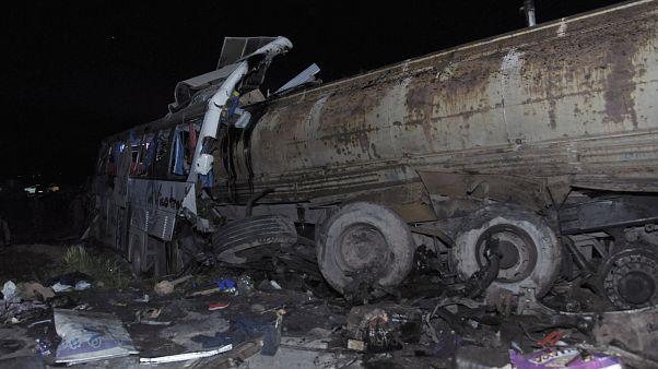 فيديو: مصرع 32 شخصا بينهم عراقيون بحادث سير في سوريا