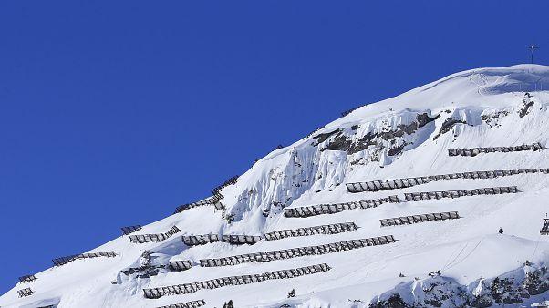 Schneezäune zum Lawinenschutz nahe Lech am Arlberg in Österreich.