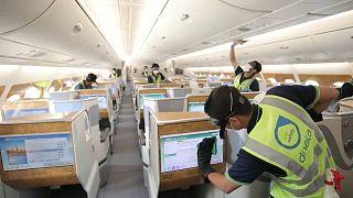 تستعين شركة طيران الإمارات بطاقم خاص لتعقيم كل طائرة يشتبه بنقلها مصاباً بكوفيد-19