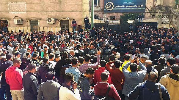 مئات المصريين احتشدوا اليوم أمام مقر وزارة الصحة والسكان
