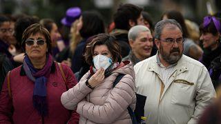 Una mujer que lleva una máscara en la manifestación con motivo del Día Internacional de la Mujer en Madrid el 8 de marzo de 2020.