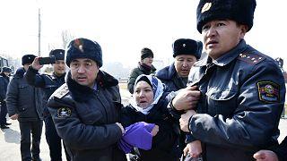 شاهد: إلقاء القبض على العشرات في مظاهرة نسوية في قيرغيزستان