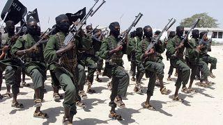 صورة أرشيفية للمئات من المقاتلين الجدد المنضمين إلى حركة الشباب الصومالية خلال تدريب عسكري في لافوف جنوب مقديشو بالصومال. 17/02/2011