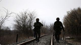Des soldats grecs patrouillent près de la gare de Kastanies, proche de la frontière entre Grèce et Turquie, le 8 mars 2020