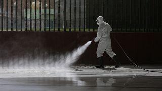 Un homme désinfecte un sol en mesure de prévention en Iraq, le 8 mars 2020