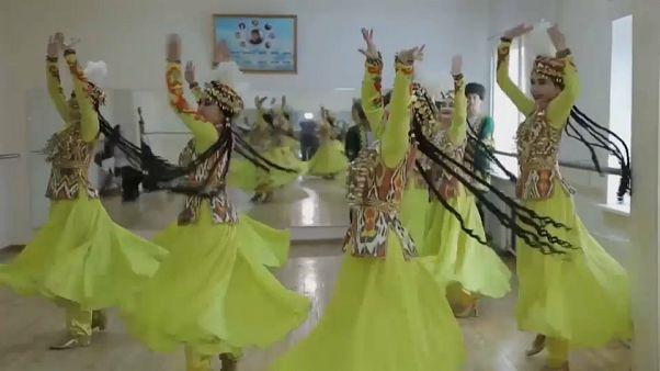 """La """"escalofriante"""" danza uzbeca que se ha convertido en patrimonio de la humanidad"""