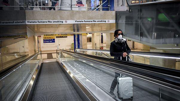 امرأة في محطة القطار في ميلانو الإيطالية