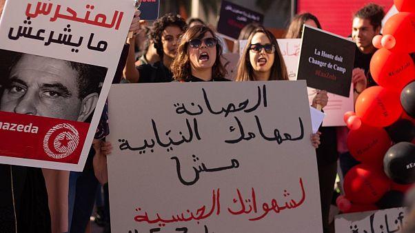 """متظاهرة تونسية ترفع لافتة كتب عليها """"الحصانة لمهامك النيابية مش لشهواتك الجنسية"""""""
