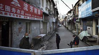 Des barricades bloquent une zone résidentielle à Wuhan, en Chine, le 23 février dernier.