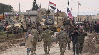 القوات الروسية والسورية بالقرب من فرقة عسكرية أمريكية عالقة في قرية خربة عمو، شرق مدينة القامشلي بسوريا 12/02/2020