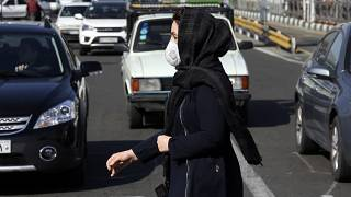 Koronavirüse ( Covid-19 ) karşı maske takan bir kadın. Tahran / İran