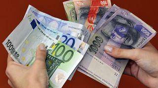 هل ينتشر فيروس كورونا عبر الأوراق النقدية؟