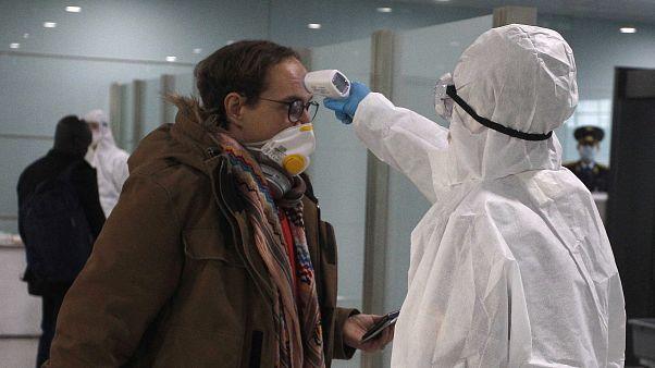 فحص درجة حرارة الديبلوماسيين قبل ركوبهم في الطائرة المتوجهة إلى فلاديفوستوك بروسيا  09/02/2020