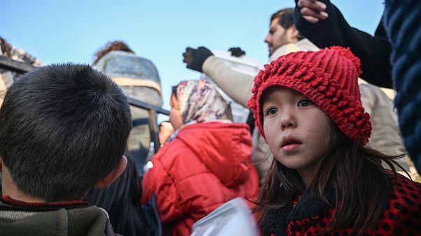 Avrupa'ya gitmek için Yunanistan sınırına gelen göçmenler, yemek için beklerken. Göçmenler daha sonra Meriç Nehri üzerinden Yunanistan'a geçmeyi deneyecek