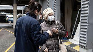 Une infirmière de l'hôpital Henri Mondor, à Créteil dans la région parisienne, prenant en charge une patiente présentant des symptômes du covid-19, le 6 mars 2020.