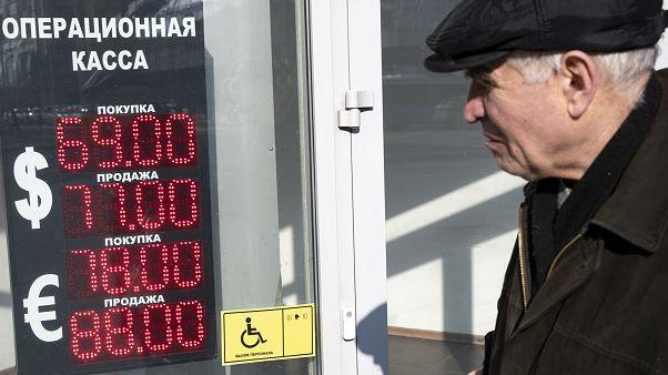 Рубль упал вслед за нефтью