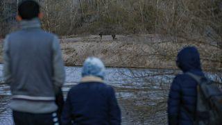 Migrantes en el río Evros en Edirne, Turquía en la frontera turco-griega mientras los soldados griegos son vistos al otro lado, el lunes 2 de marzo de 2020.