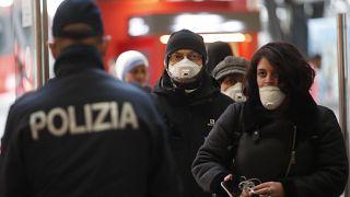 Polizist überprüft Passagiere am Bahnhof in Mailand