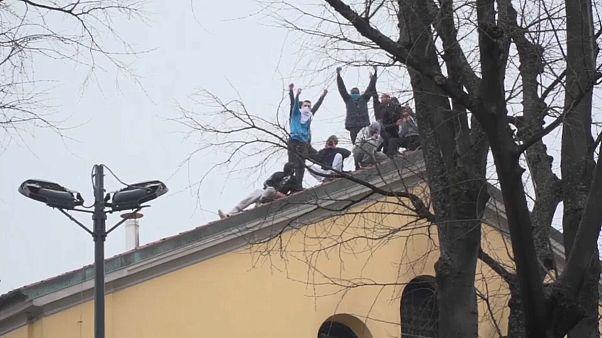Des prisonniers sur le toit de la prison de San Vittore, à Milan, le lundi 9 mars.