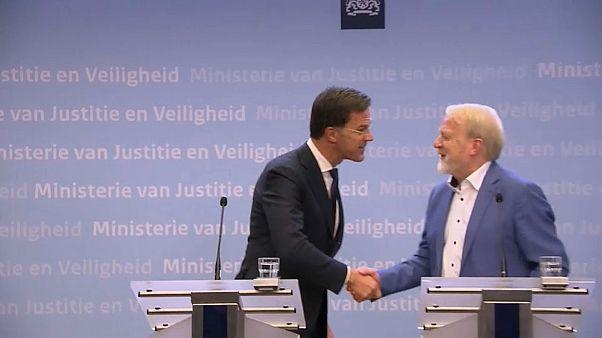 """شاهد: رئيس الوزراء الهولندي يدعو المواطنين """"تجنب المصافحة"""" ويصافح بعدها ضيفه"""