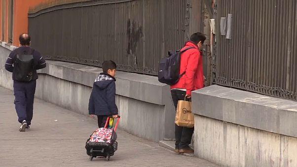 Padre acompañando a su hijo al colegio
